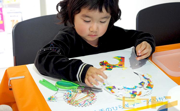 デザインシールを貼る子供。