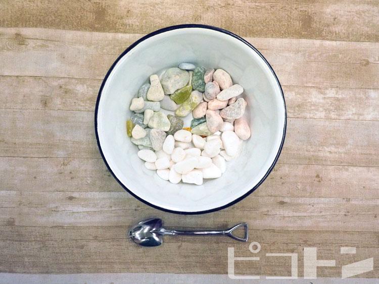 グラスに敷く石と、それをすくうスプーンです。