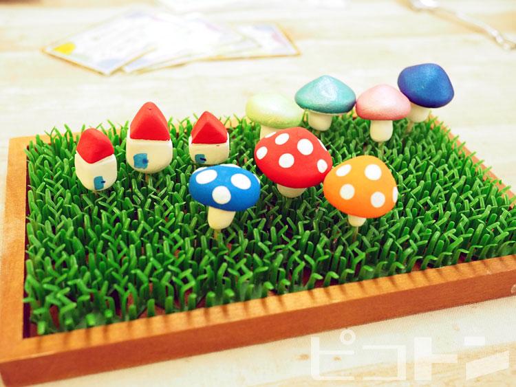 フィギュアは飾り付けると草から生えているように見えます。