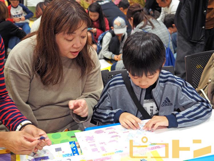 小さめで難しい折り紙を親子で協力して作っています。