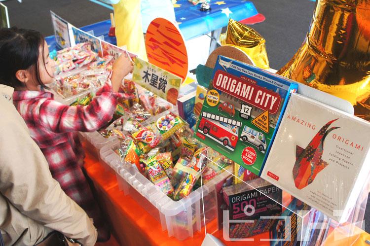 賞によって色んなお菓子や折り紙などが貰えます。