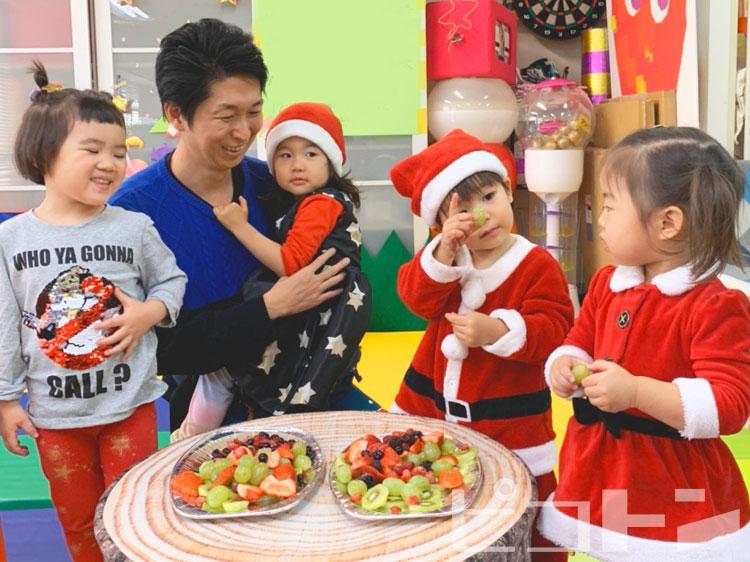 子供たちを交えたクリスマスパーティーの様子です。