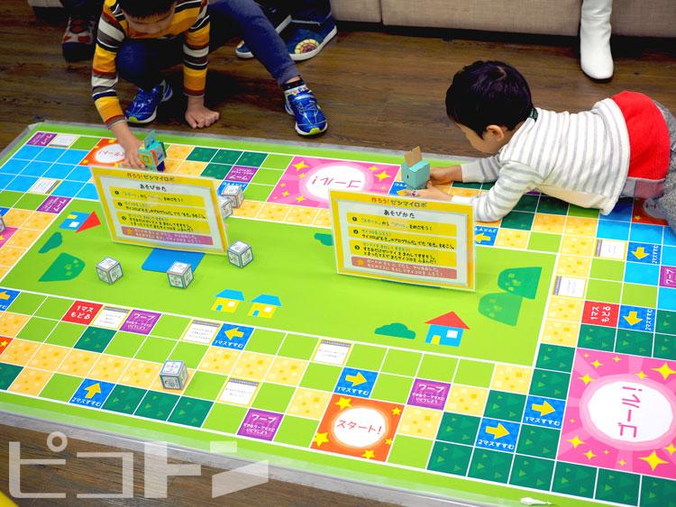 特別な巨大なボードゲームを設置して、大人数で遊びながらプログラミング学習することもできます!