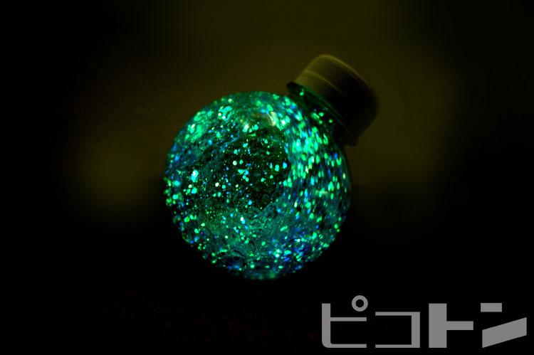 ライトが無くても蓄光パウダーが神秘的に光ります!