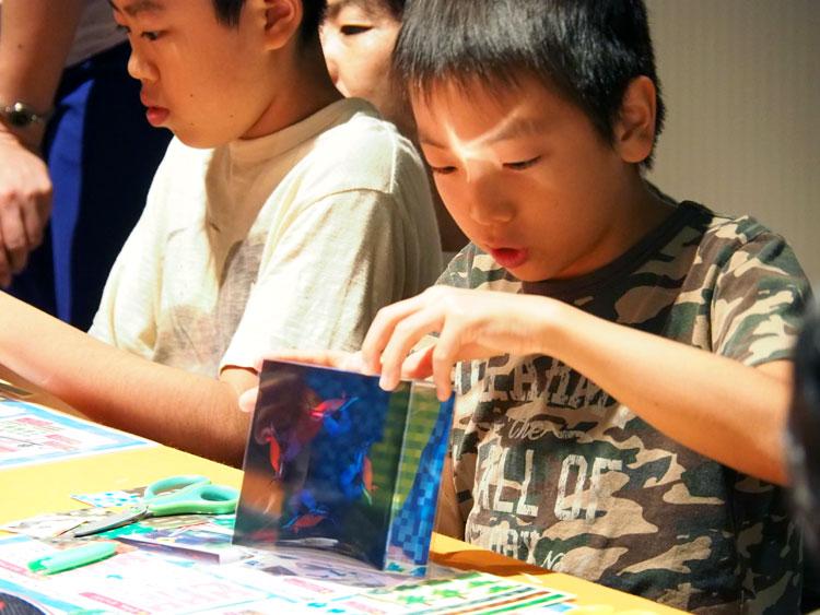 ホログラムボックスを完成させた子供